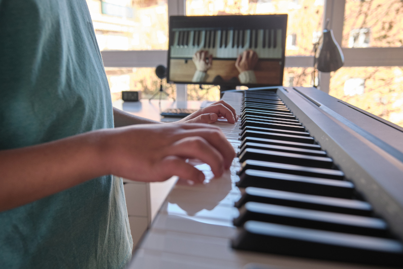 Less distraction while online piano learning